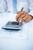 Zakenman die een Calculator gebruikt Royalty-vrije Stock Foto