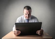 Zakenman die een computer met behulp van Royalty-vrije Stock Foto