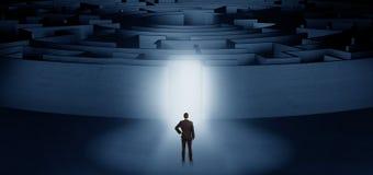 Zakenman die een concentrisch labyrint beginnen stock foto's
