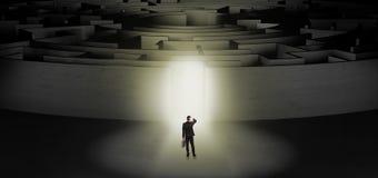 Zakenman die een concentrisch labyrint beginnen royalty-vrije stock afbeelding