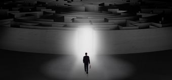 Zakenman die een concentrisch labyrint beginnen royalty-vrije stock fotografie