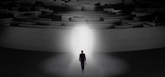 Zakenman die een concentrisch labyrint beginnen stock foto