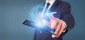 Zakenman die een 3d het teruggeven bol van de gegevensaarde op een smartph houden Royalty-vrije Stock Afbeeldingen