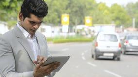 Zakenman die een digitale tablet gebruikt stock videobeelden