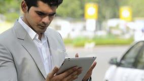 Zakenman die een digitale tablet gebruikt stock footage
