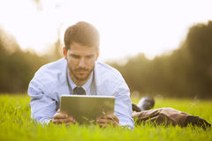 Zakenman die een digitale tablet gebruikt Stock Foto