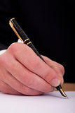 Zakenman die een document met vulpen ondertekent Royalty-vrije Stock Foto's