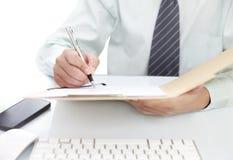 Zakenman die een document ondertekenen royalty-vrije stock foto