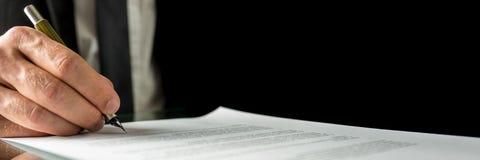 Zakenman die een document ondertekent Stock Foto