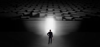 Zakenman die een donkere labyrintuitdaging beginnen Stock Foto's