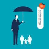 Zakenman die een familie met een paraplu beschermen Stock Afbeeldingen