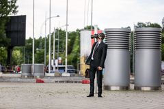 Zakenman die een gasmasker dragen die aan de hemel kijken Royalty-vrije Stock Fotografie