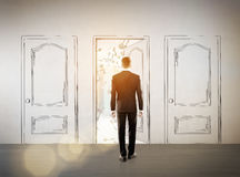 Zakenman die een getrokken deur ingaan Stock Afbeeldingen