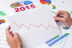 Zakenman die een grafiek met een neerwaartse trend waarnemen Royalty-vrije Stock Afbeelding