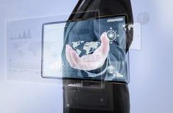 Zakenman die een knoop op het digitale vurtual scherm duwen Stock Afbeelding