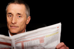 Zakenman die een krant in het bureau lezen Stock Fotografie
