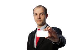 Zakenman die een leeg adreskaartje houdt Stock Fotografie