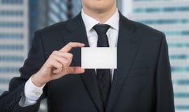 Zakenman die een leeg adreskaartje overhandigt Royalty-vrije Stock Afbeeldingen