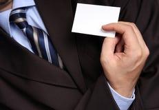Zakenman die een leeg adreskaartje overhandigt Stock Foto's