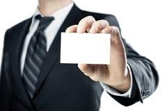 Zakenman die een leeg adreskaartje overhandigt Stock Fotografie