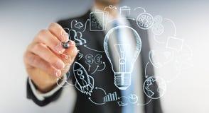 Zakenman die een lightbulb met een pen met de pictogrammen van verschillende media trekken Stock Foto