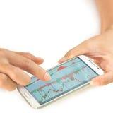 Zakenman die een mobiel apparaat met behulp van om voorraden en marktgegevens te controleren stock afbeeldingen
