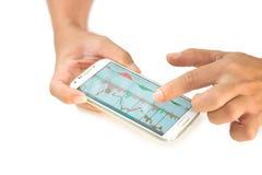 Zakenman die een mobiel apparaat met behulp van om voorraden en marktgegevens te controleren stock fotografie