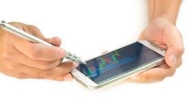 Zakenman die een mobiel apparaat met behulp van om voorraden en marktgegevens te controleren stock foto's