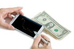 Zakenman die een mobiel apparaat met behulp van om voorraden te controleren alvorens te beslissen royalty-vrije stock afbeeldingen