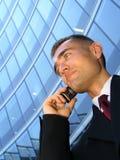 Zakenman die een mobiele telefoon met behulp van stock fotografie