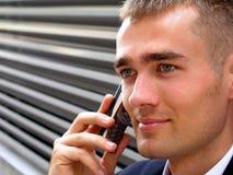 Zakenman die een mobiele telefoon met behulp van stock foto