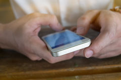 Zakenman die een mobiele telefoon met het texting van bericht met behulp van Stock Fotografie