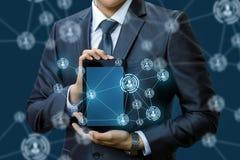 Zakenman die een netwerk in de tablet tonen stock afbeelding