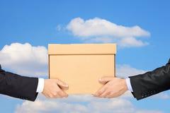Zakenman die een pakket levert aan een mens isolat Royalty-vrije Stock Afbeelding