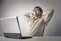 Zakenman die een pauze van het werk nemen stock foto