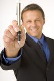 Zakenman die een Pen houdt stock afbeelding