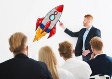Zakenman die een raket trekken tijdens een opleidende vergadering Concept bedrijfsverbetering en ondernemingsopstarten stock afbeelding