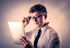 Zakenman die een rapport over een tablet lezen Royalty-vrije Stock Afbeelding