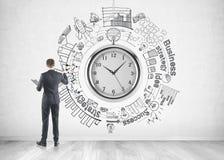 Zakenman die een schets van het tijdbeheer trekken royalty-vrije stock afbeeldingen