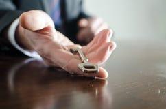 Zakenman die een sleutel houden Stock Foto's