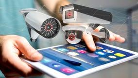 Zakenman die een smartphone met een systeem van de Veiligheidscamera gebruiken en Stock Fotografie