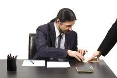 Zakenman die een steekpenning in uitbetaling goedkeuren Stock Foto's