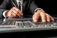 Zakenman die een tablet en een naald gebruiken Royalty-vrije Stock Afbeelding