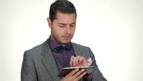 Zakenman die een tablet gebruikt stock videobeelden