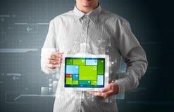 Zakenman die een tablet met moderne software operationele sy houden Royalty-vrije Stock Foto