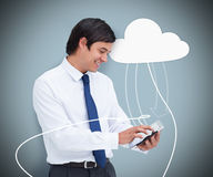 Zakenman die een tabletcomputer houden die met wolk gegevensverwerking wordt verbonden Stock Foto's