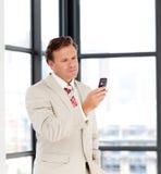 Zakenman die een tekst op een mobilofoon verzendt Royalty-vrije Stock Foto
