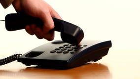 Zakenman die een telefoongesprek op landline maken stock video