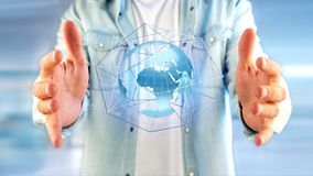 Zakenman die een Verbonden netwerk over een conce van de aardebol houden Stock Foto's