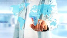 Zakenman die een Verbonden wereldkaart op een futuristische interf houden Royalty-vrije Stock Afbeelding